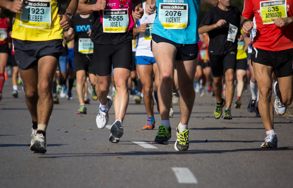 media maraton corredores runners enmitad de una carrera